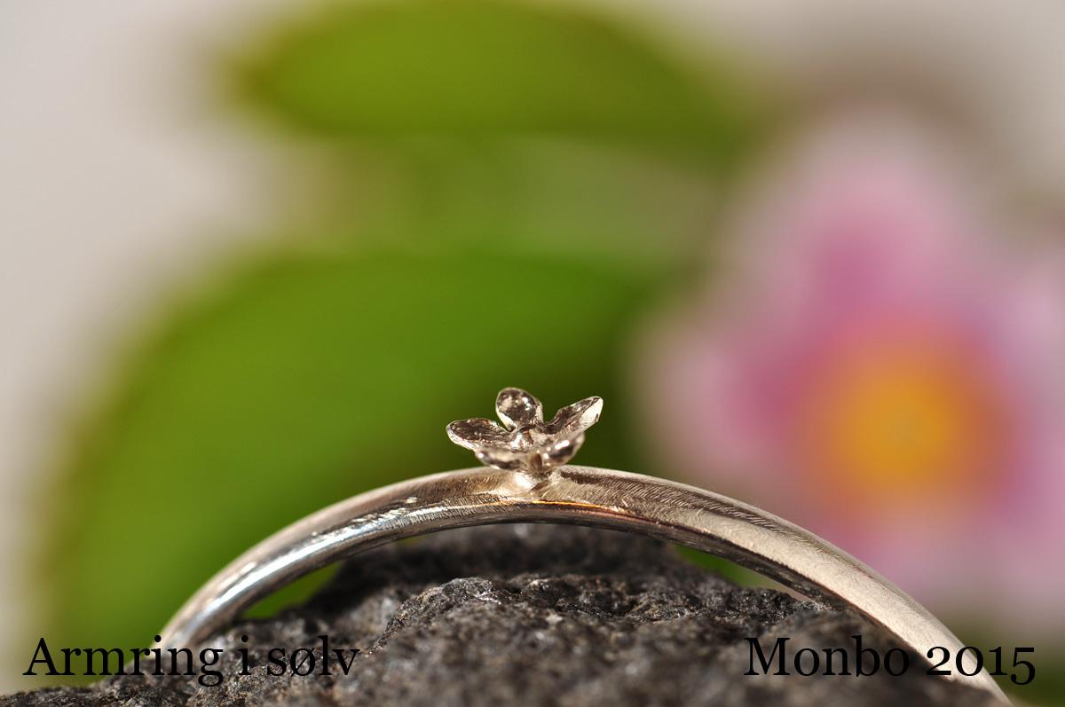 Håndlavede smykker fra Monbo. Armring med påloddet blomst. Armring med påloddet blomst.