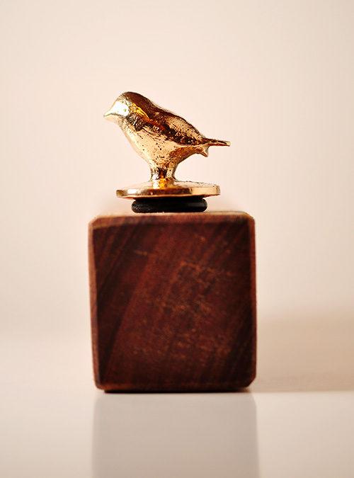Vinprop. Bronzefigur af fugl.