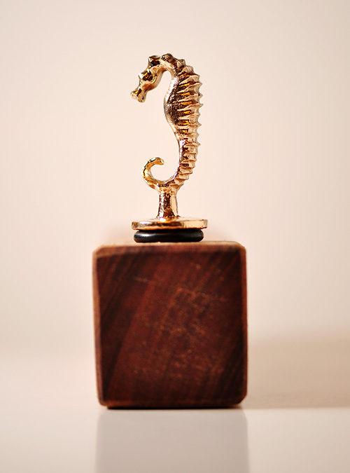 Vinprop. Bronzefigur af søhest.