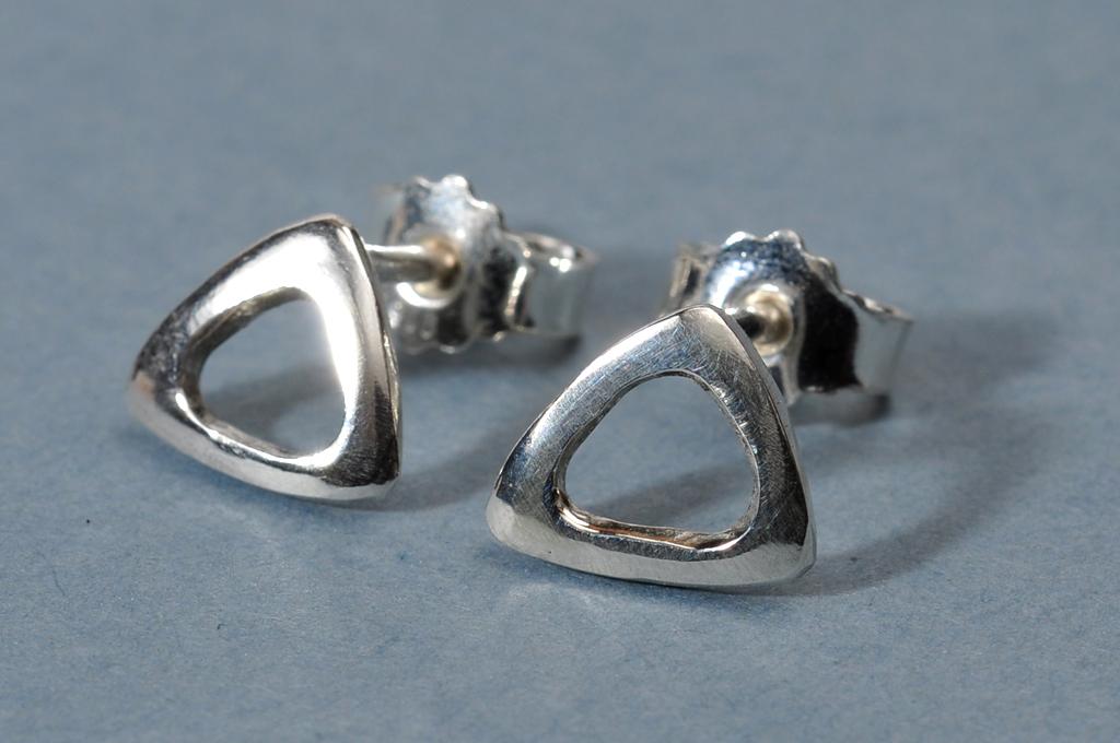 Trekantede øreringe i sterling sølv.