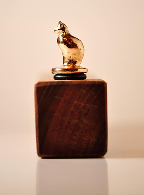 Vinprop. Bronzefigur af kat.