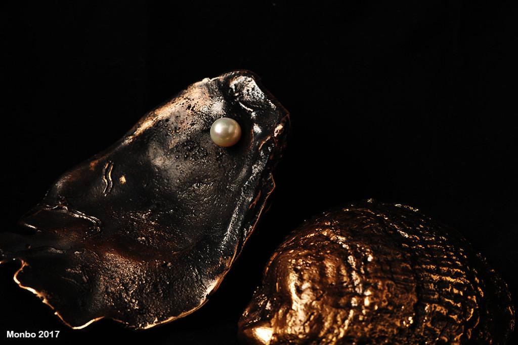 Oxyderet bronze og ferskvandsperler.