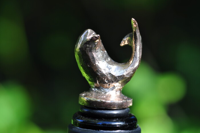 Vinprop i bronze. Motiv: delfin.