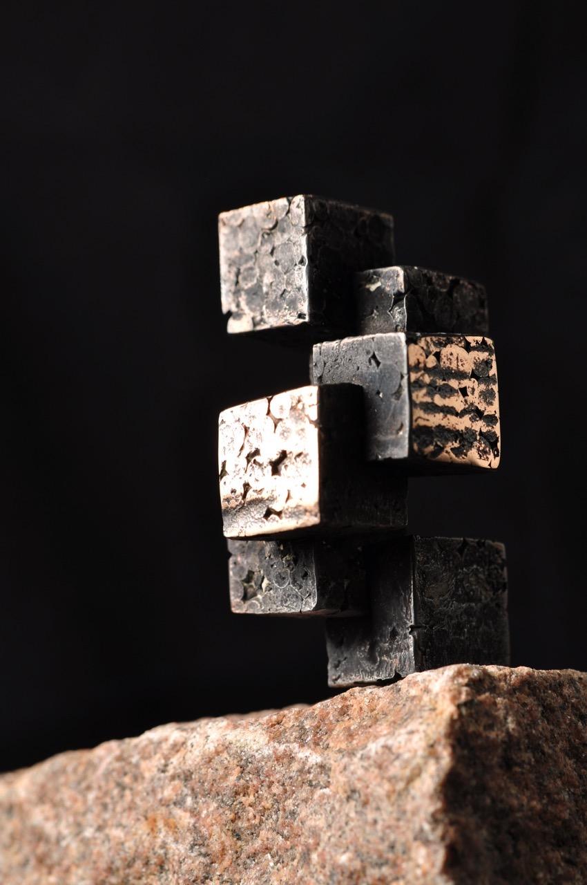 Kuber på kanten. Arkitektur skulptur i bronze.