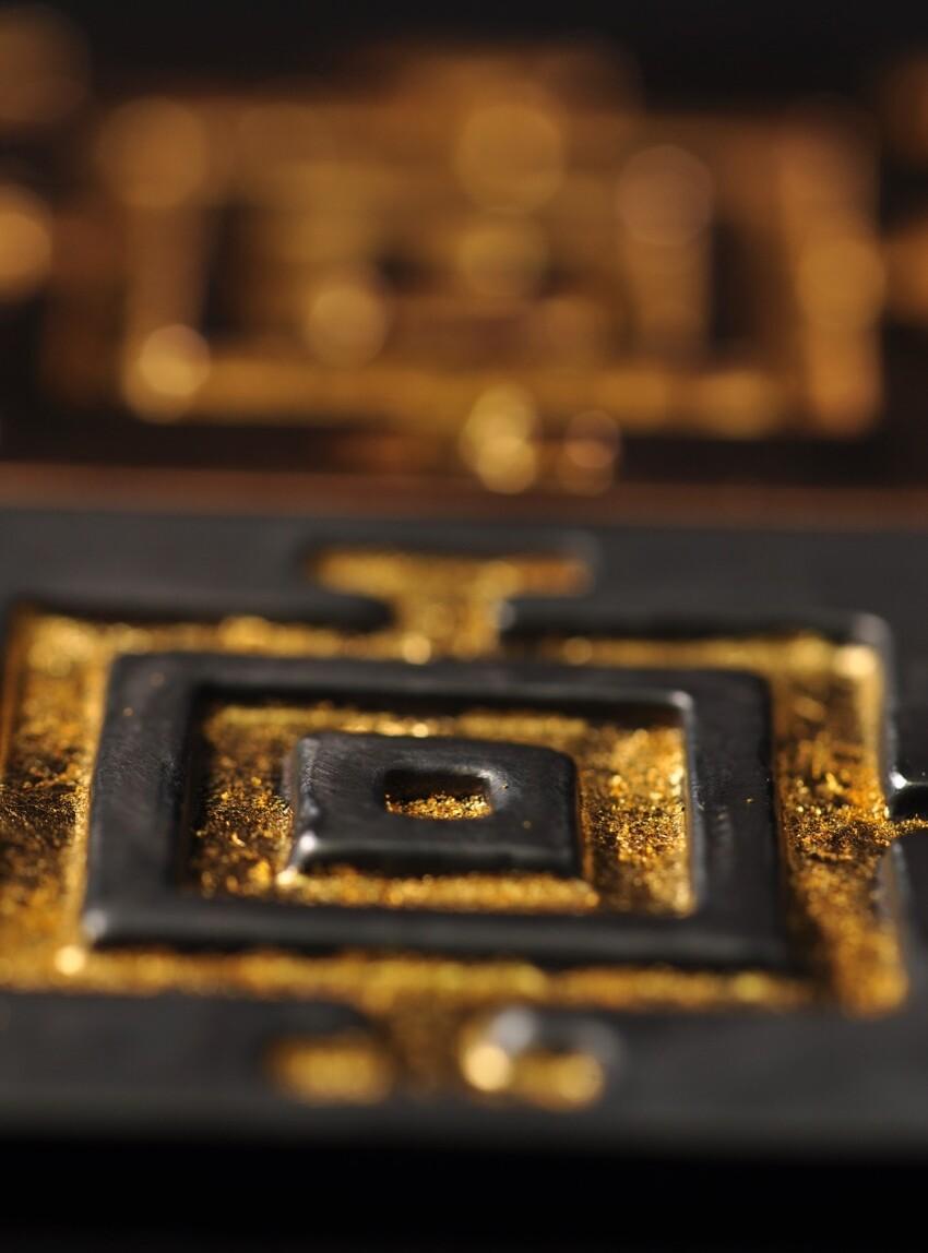 Mandala - oxyderet bronze med bladguld - bronzeskulpturer