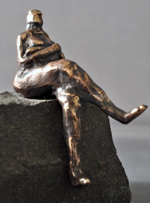 Bronzeskulptur - siddende kvinde